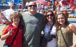 A família de brasileiros, que vive no Texas há pouco mais de dois anos: Benny Tuler e a mulher, Sônia (centro), e os filhos Gabriel (esq.) e Anna Luísa (dir.) (Foto: Benny TullerArquivo pessoal)