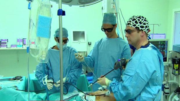 Câmeras 3D guiam os médicos na cirurgia (Foto: BBC)
