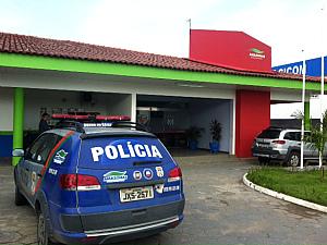 Suspeito foi levado para o 15º DIP (Foto: Carlos Eduarto Matos/G1 AM)