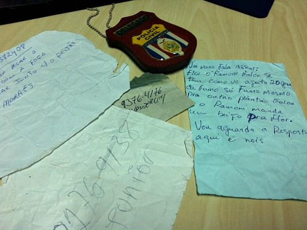Bilhetes encontrados com o agente penitenciário (Foto: Carlos Eduarto Matos/G1 AM)