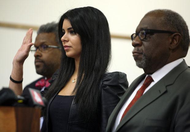 Rima Fakih faz juramento ao lado de seu advogado, à direita (Foto: AP/Andre J. Jackson/Detroit Free Press)