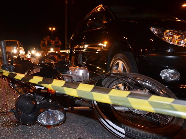 Um motociclista morreu após um acidente envolvendo um carro e duas moto em um trecho urbano da BR-230, que passa por Cabedelo, cidade da Grande João Pessoa, segundo a inspetora da Polícia Rodoviária Federal, Keilla Melo. O acidente aconteceu próximo ao viaduto que cruza a Avenida Tancredo Neves nesta quinta-feira (19). A PRF ainda não informou as causas da colisão. O trânsito ficou lento nos dois sentidos da rodovia (Foto: Walter Paparazzo/G1)