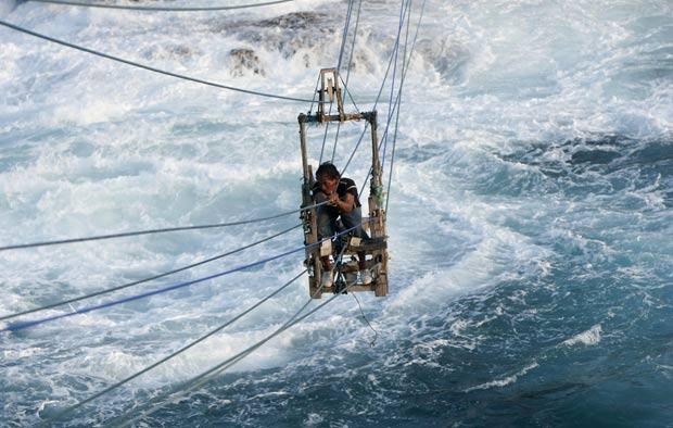 Pescador Siswanto construiu 'teleférico' para atravessar o mar em Gunung Kidul. (Foto: Dwi Oblo/Reuters)