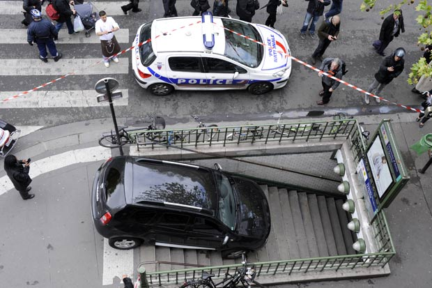 Motorista desce escada de metrô de Paris