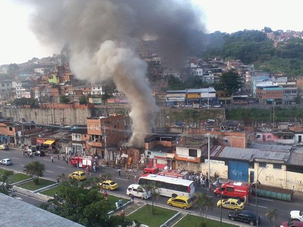 Incêndio tumultua trânsito na Zona Norte do Rio na tarde desta terça-feira (24) (Foto: Diego Mangueira/VC no G1)