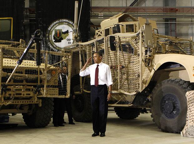 Barack Obama bate continência a tropas na base da Bagram (Foto: Kevin Lamarque/Reuters)