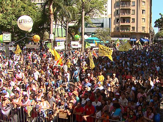 População assistiu a shows musicais no Centro de Ribeirão Preto em comemoração do Dia do Trabalho (Foto: Reprodução/EPTV)