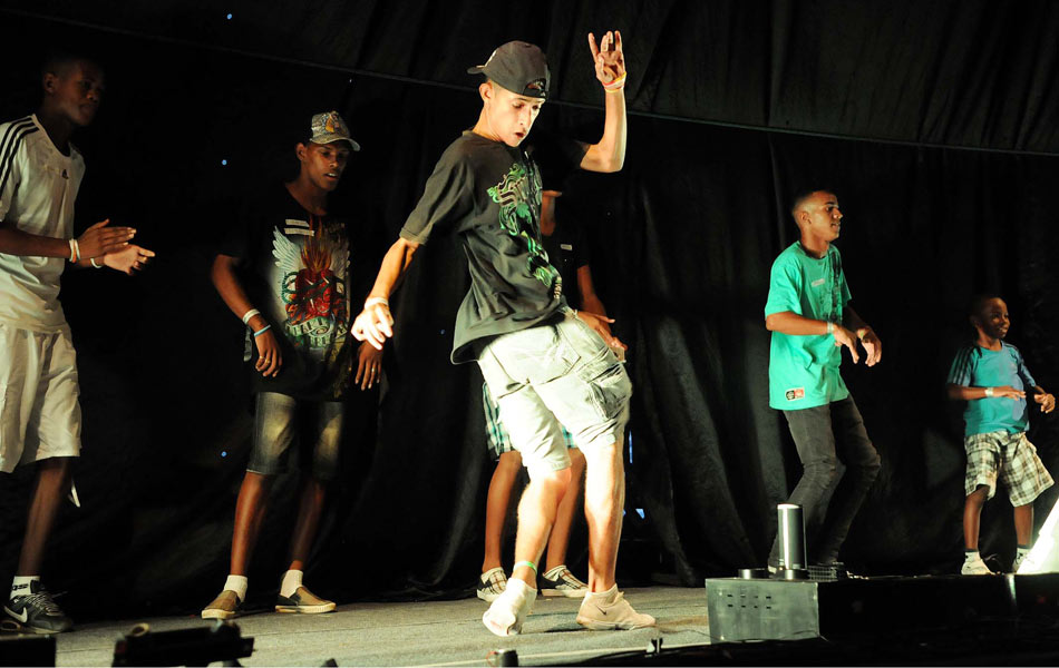 Bermudas e bonés fazem parte do figurino dos dançarinos