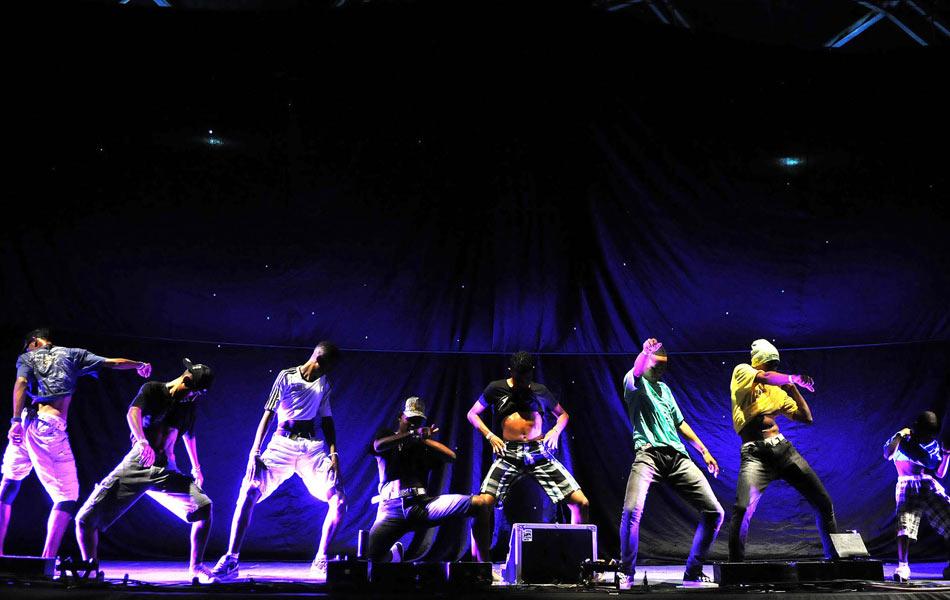 Grupos de passinho se apresentam numa batalha de dança no palco da Quinta da Boa Vista