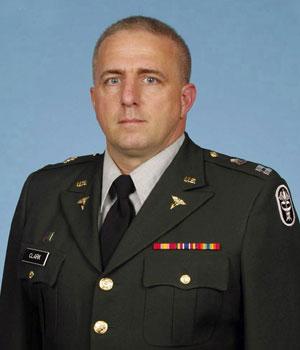 Foto de arquivo do capitão Bruce Kevin Clark, enfermeiro militar que morreu no Afeganistão (Foto: AP/Exército dos EUA)
