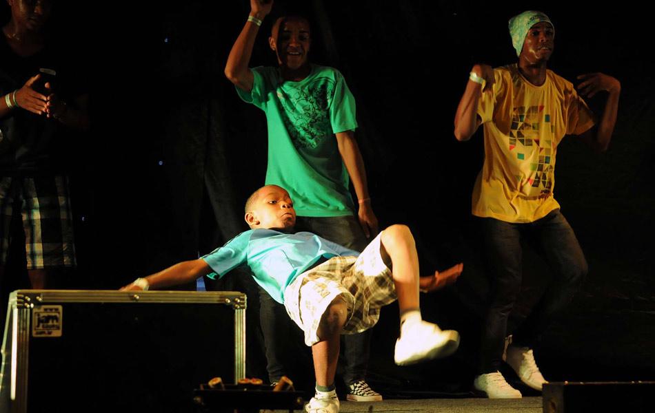 O menino dá um show de acrobacias na dança