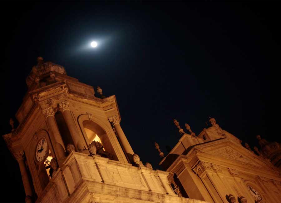 'Superlua' é vista acima da torre de uma catedral na Cidade de Guatemala