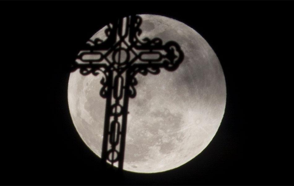 'Superlua' é vista através da silhueta de uma cruz de uma igreja em Havana, Cuba
