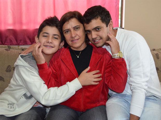 A professora Dora e os fillhos: educação acima de tudo. (Foto: Lucas Soares / G1)
