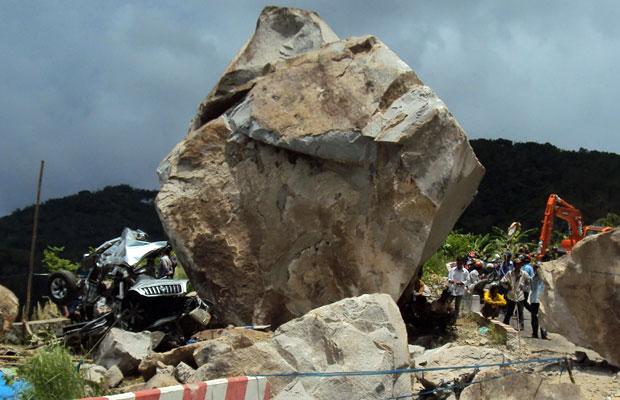 Carro destruído é visto em imagem divulgada nesta segunda-feira (7), após acidente em que uma pedra caiu de uma montanha, matando seis pessoas que estavam no automóvel e ferindo outras duas na província de An Giang, no sul do Vietnã. (Foto: AP)