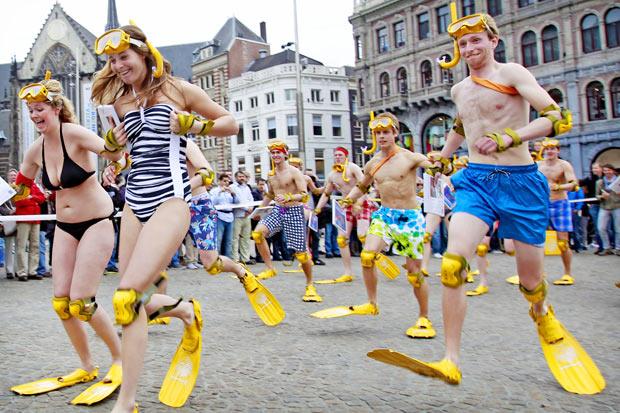Holandeses disputam corrida usando pés-de-pato. (Foto: Ade Johnson/ANP/AFP)