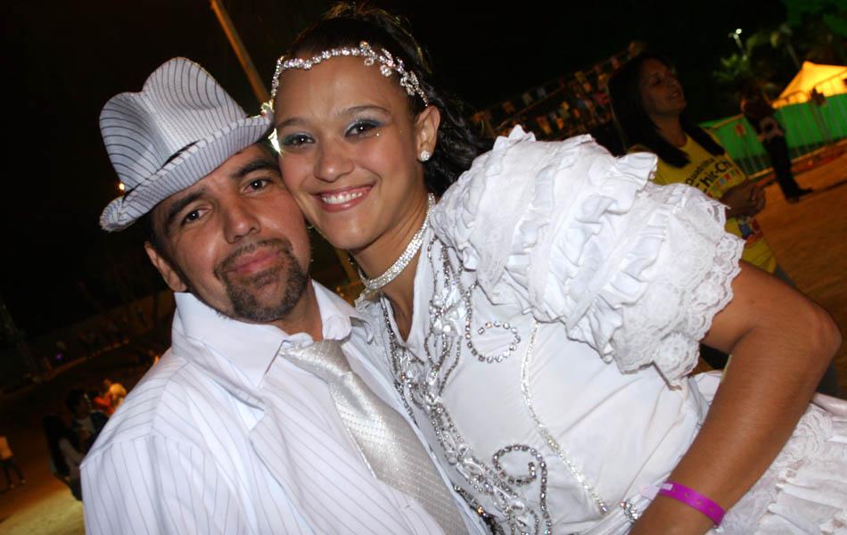 Casal dança quadrilha no São João de Minas