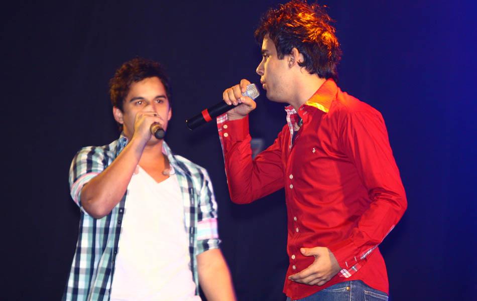 Clayton e Romário cantam seus sucessos