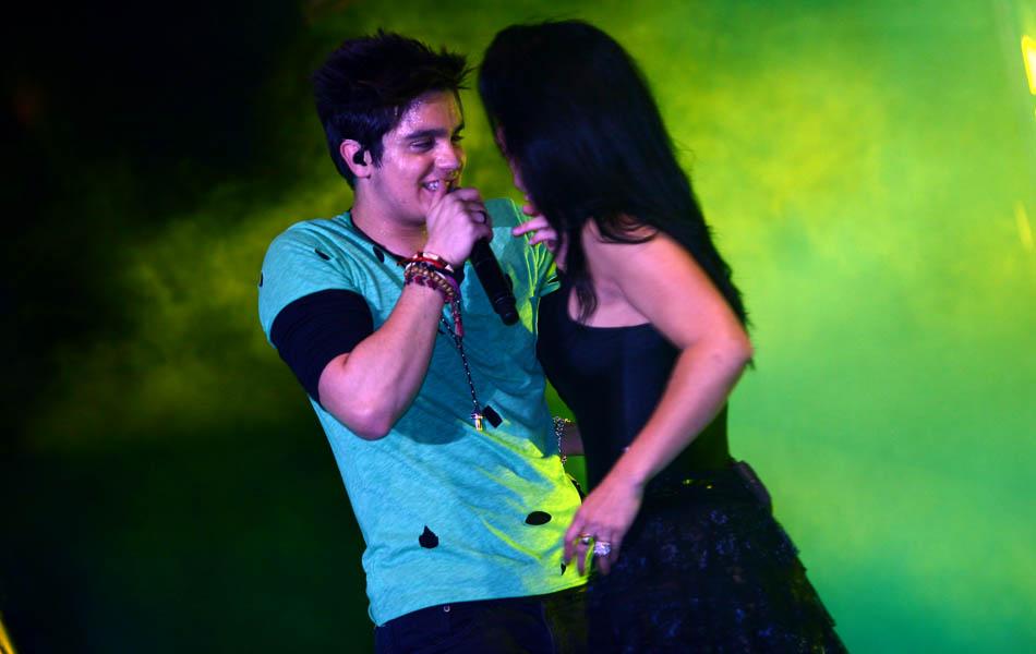 Luan Santana convida fã para dançar no palco