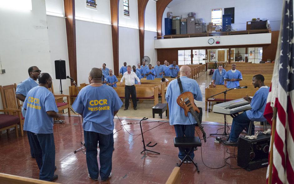 O fotógrafo Damian Dovarganes acompanhou as aulas e um culto de adoração em um seminário montado dentro do Centro de Reabilitação da Califórnia na cidade de Norco. O projeto piloto no estado, que tem a participação de voluntários, está sendo expandido.