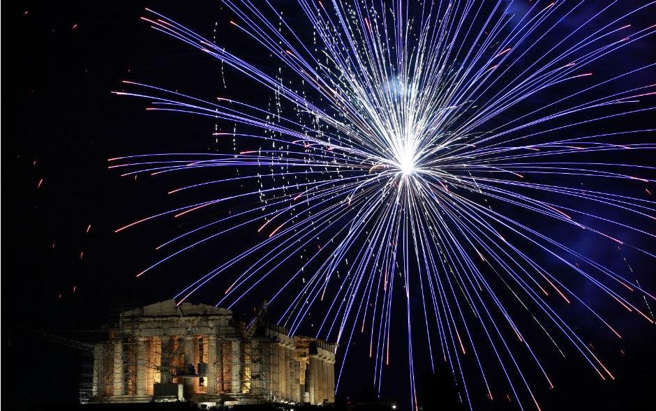 Gregos comemoram virada do ano com queima de fogos sobre o templo Partenon, em Atenas