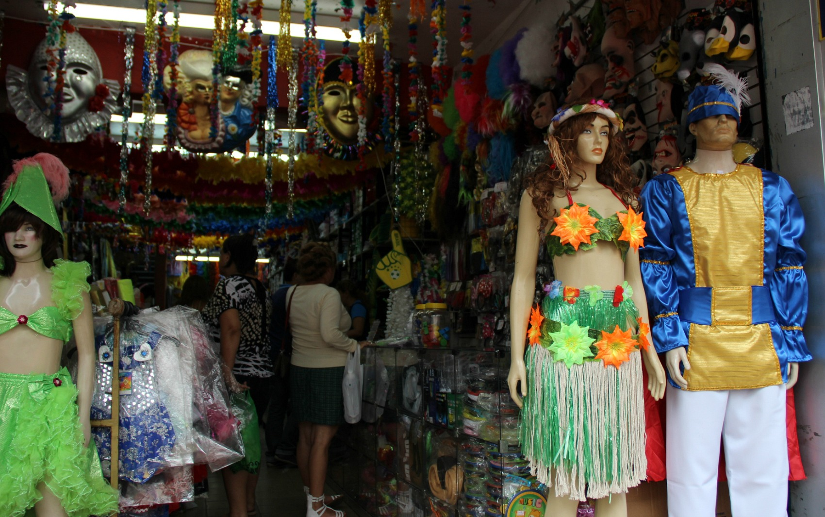 8d05e5205 Veja opções de fantasias e acessórios de carnaval