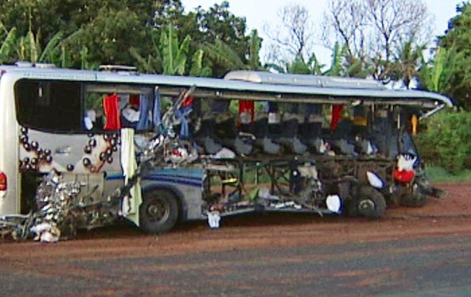 Frente e lateral do ônibus ficaram destruídas