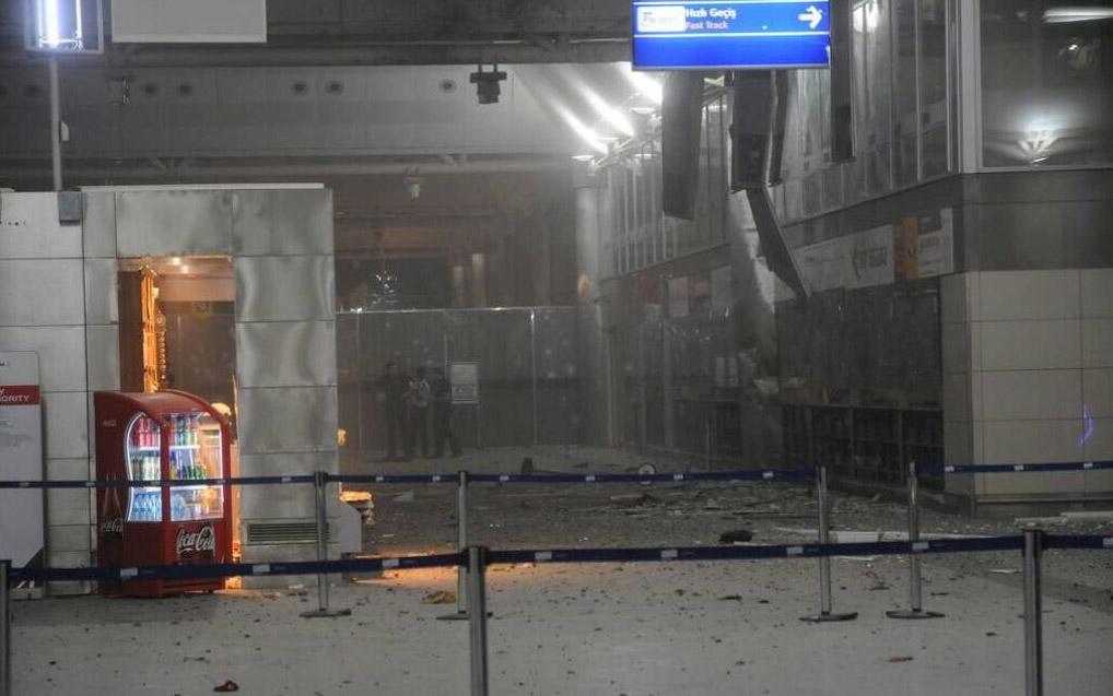 Imagem da entrada do aeroporto internacional de Ataturk em Istambul, na Turquia, após explosões no local