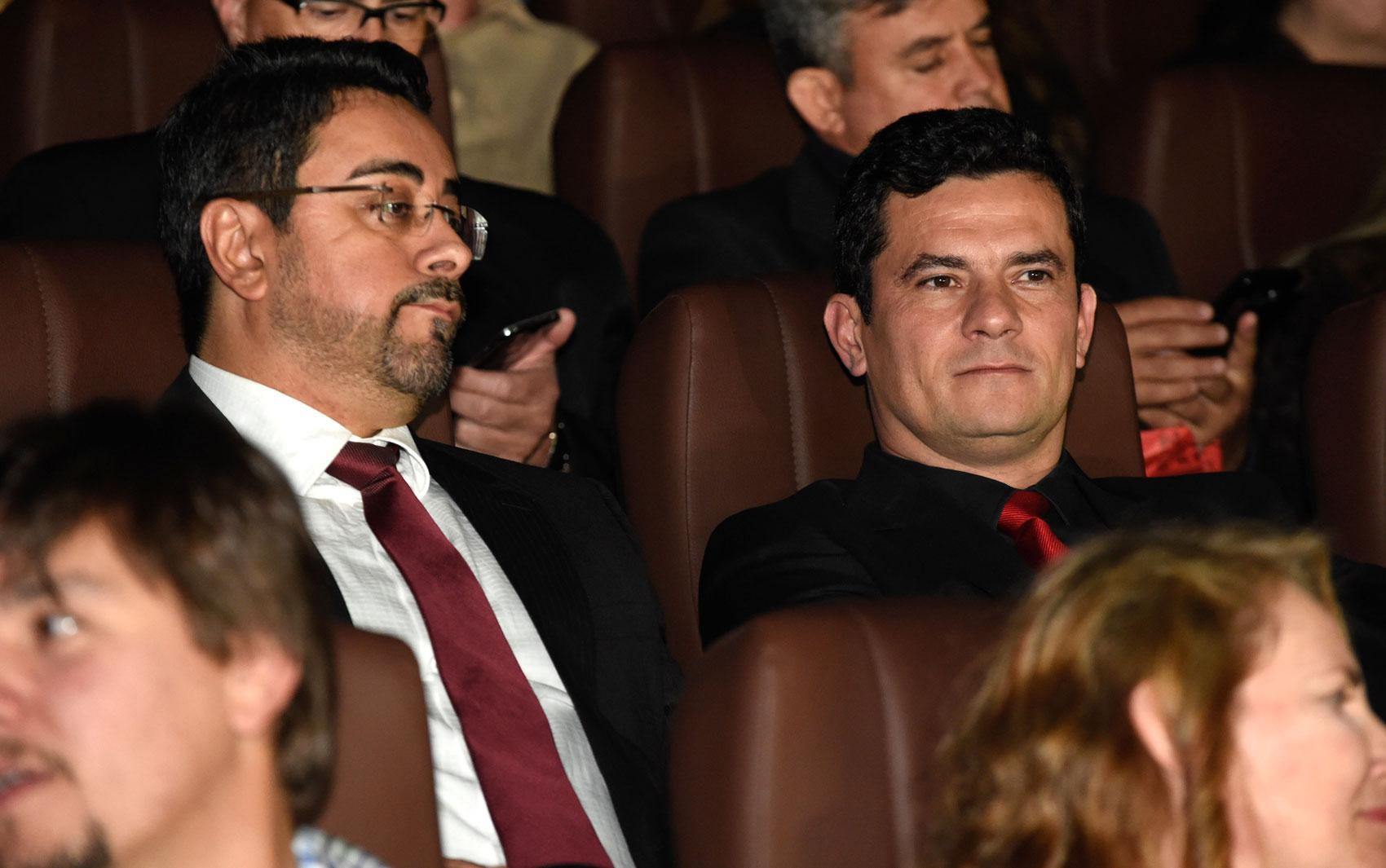 O juiz Sérgio Moro, acompanhado do juiz Marcelo Bretas, assiste à pré-estreia do filme