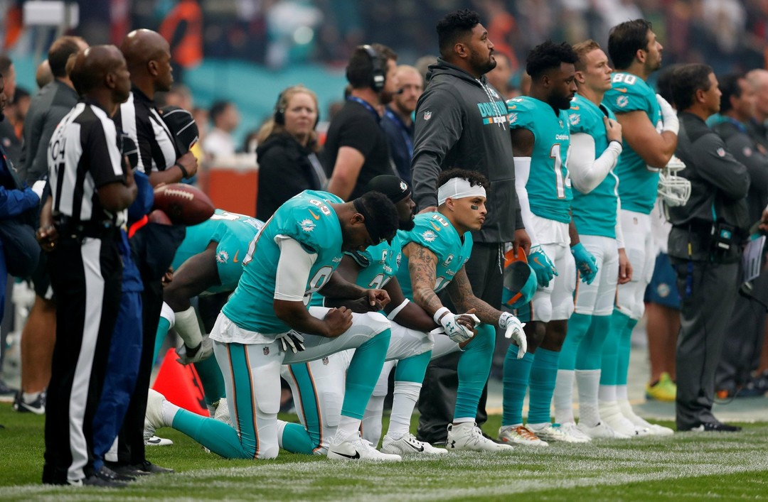 Jogadores do Miami Dolphins voltam a protestar durante o hino americano na NFL