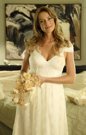 8dbed85e3 Ela usa o mesmo vestido de casamento da mãe de Clarisse (Débora Falabella)