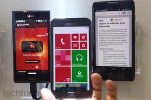Samsung Ativ S exposto no estande da Qualcomm, ao lado do LG Optimus L7 e do Motorola Razr HD (Foto: Allan Melo / TechTudo)