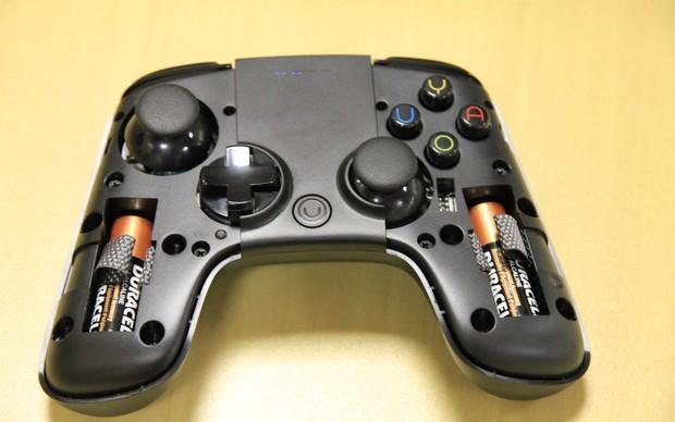 O controle do Ouya utiliza duas pilhas AAA (Foto: Diego Borges / TechTudo)
