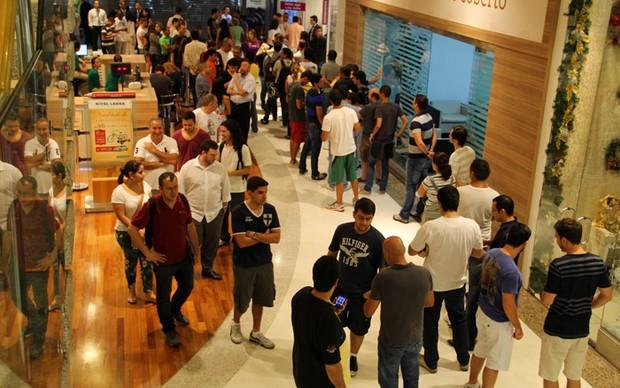 Fila para comprar novos iPhones em loja do Barrashopping (Foto: Fabrício Vitorino / TechTudo)