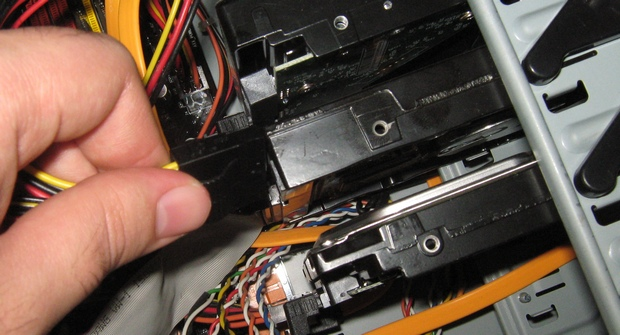 Conector tipo molex para o HD IDE. O encaixe é simples (Foto: Paulo Higa)