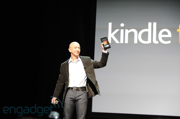 Jeff Bezos, CEO da Amazon, com o tablet Kindle FIre (Foto: Engadget/Reprodução)