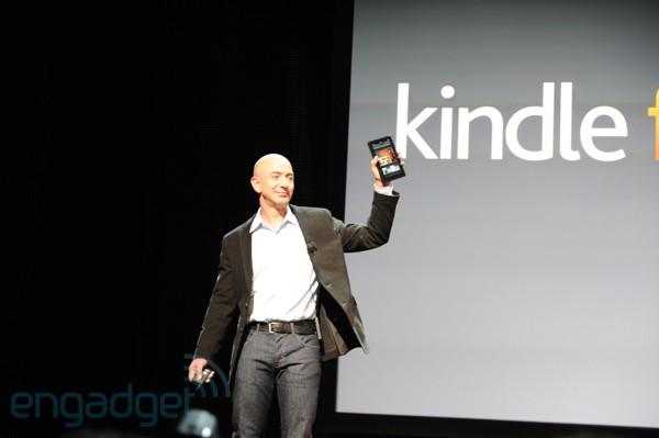 Jeff Bezos, CEO da Amazon, com o tablet Kindle FIre (Foto: Engadget/Reprodução)