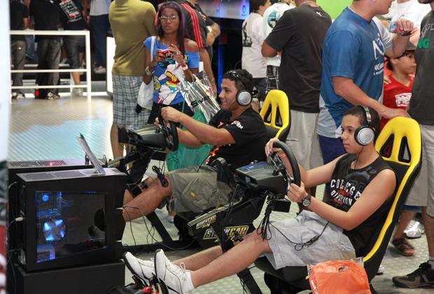 Público jogando Stock Car (Foto: Allan Melo/TechTudo)