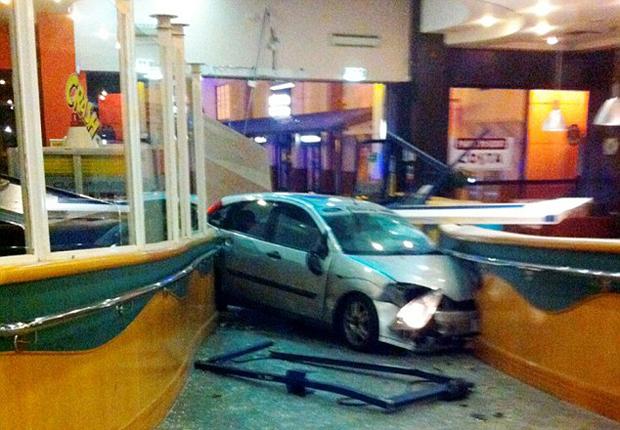 Mulher entrou com o carro na loja onde o namorado trabalhava (Foto: Reprodução/Daily Mail)