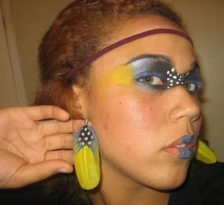 Menina imita pavão para fazer maquiagem (Foto: Reprodução/Oddee)