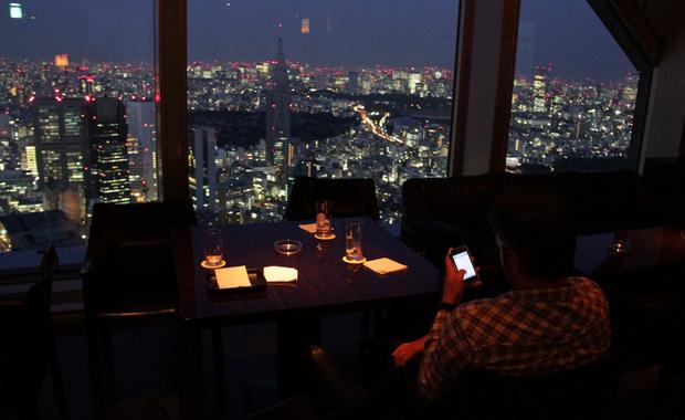 Checando emails em Tóquio (Foto: André Fran)