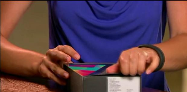 Apresentadora tem dificuldade para abrir a caixa do Google Nexus 7 (Foto: Reprodução/YouTube)