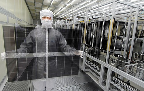 Funcionário da LG exibe os painéis ultrafinos do Optimus G (Foto: Reprodução)