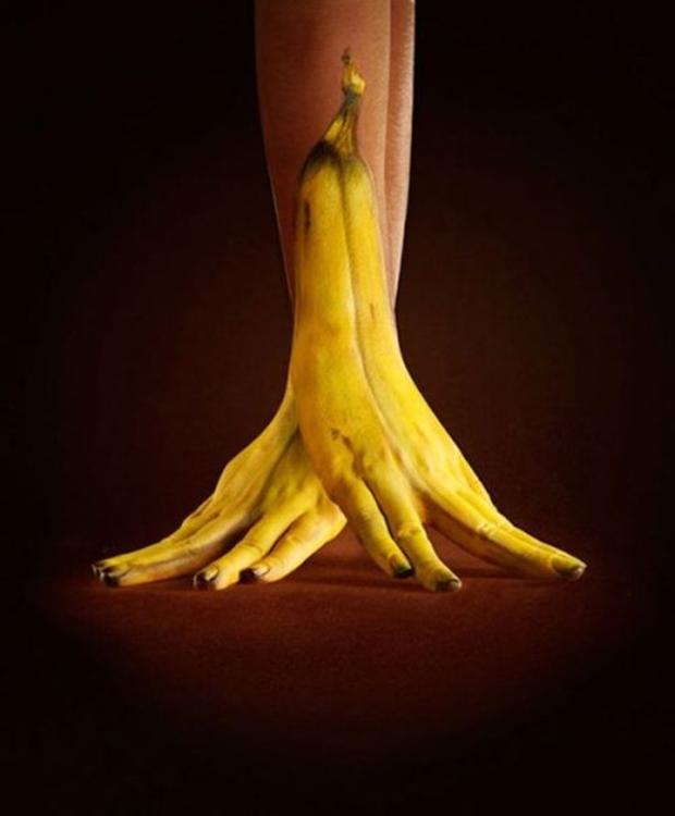 Mãos pintadas parecem bananas (Foto: Reprodução)
