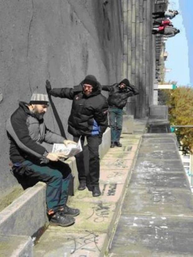 Homens deitados no chão simulam estar de pé (Foto: Reprodução)