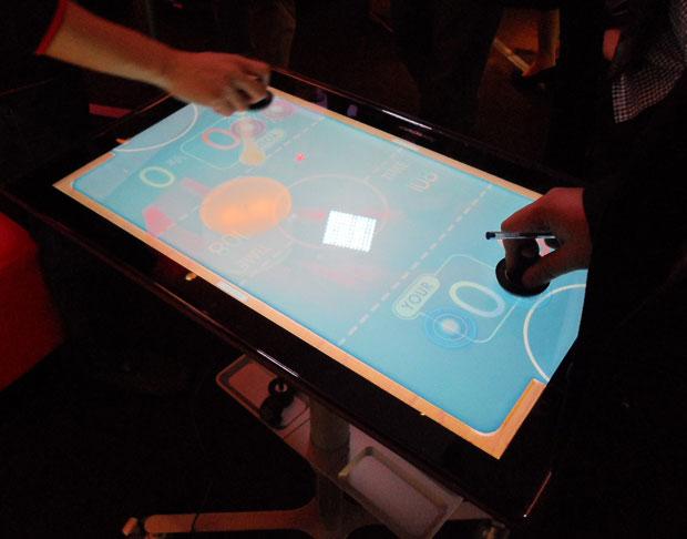 Tablet PC da Lenovo usado com joysticks. (Foto: TechTudo / Nick Ellis)