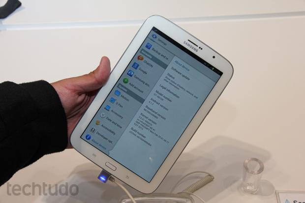 Galaxy Note 8 tem bordas que permitem que o usuário segure o tablet sem encostar na tela (Foto: Allan Melo/TechTudo)