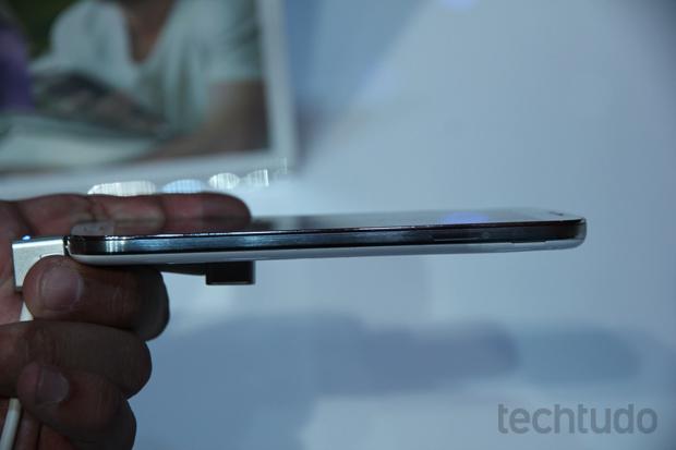 Galaxy S4 ficou mais fino do que a geração anterior (Foto: Allan Melo/TechTudo)