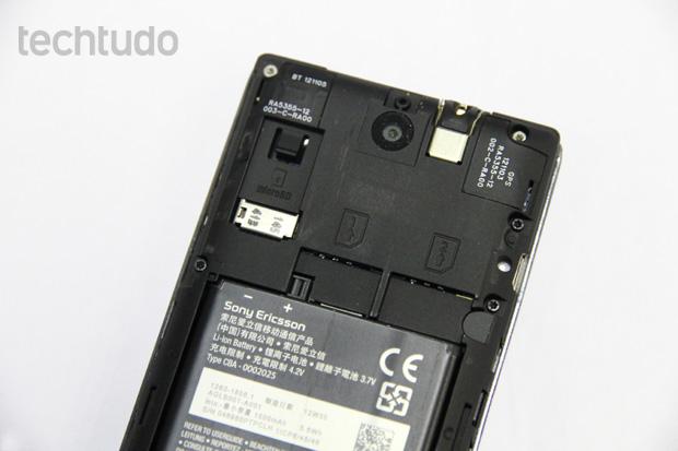 d19947dd930 Traseira do Xperia E Dual com destaque para a entrada dos dois chips (Foto: