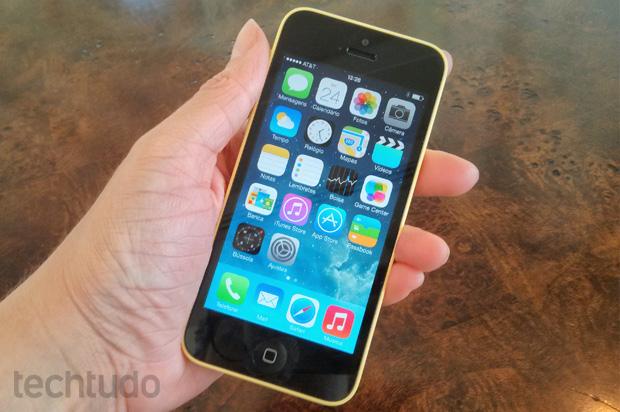 iPhone 5C: versão mais barata é levemente mais pesada, mas mantém acabamento impecável  (Foto: Isadora Díaz / TechTudo)